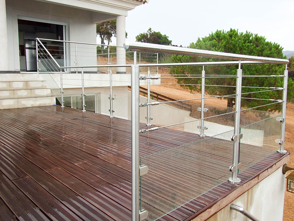 garde fou 3 cables et verre sur une terrasse bois. Black Bedroom Furniture Sets. Home Design Ideas
