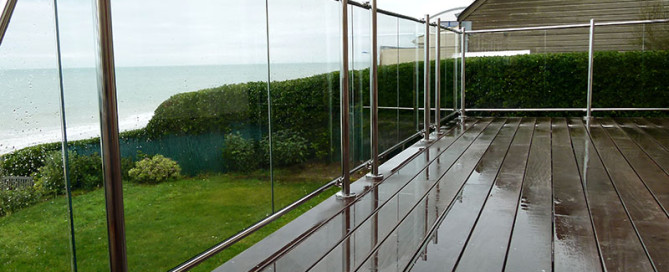 Un garde-corps en verre et inox poli-miroir en Normandie