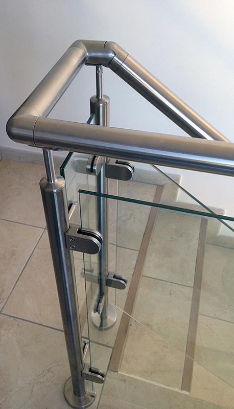 Rambarde en verre posée sur un escalier et une mezzanine. Tout inox