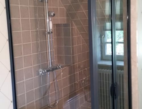 une verri re faisant office de paroi de douche. Black Bedroom Furniture Sets. Home Design Ideas