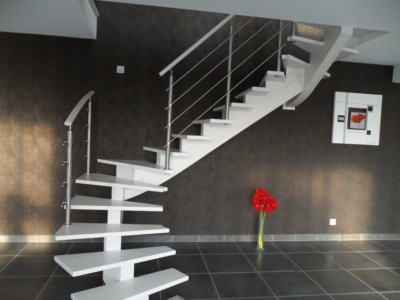 Escalier blanc limon central