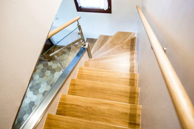 Escalier en bois et rampe d'escalier en verre