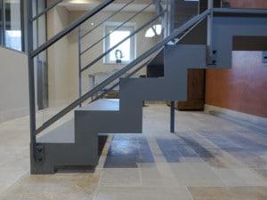 Escalier metal gris