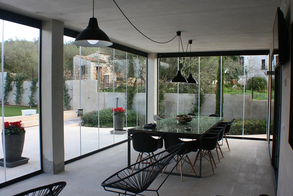 vue de l 39 interieur un salon lumineux gr ce la verri re divinox. Black Bedroom Furniture Sets. Home Design Ideas