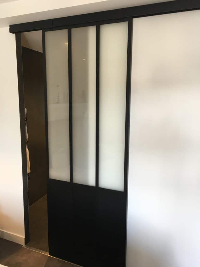 porte coulissante dans une salle de bain fa on verri re. Black Bedroom Furniture Sets. Home Design Ideas