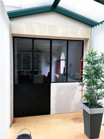 Verrière avec porte entre couloir et salle à manger