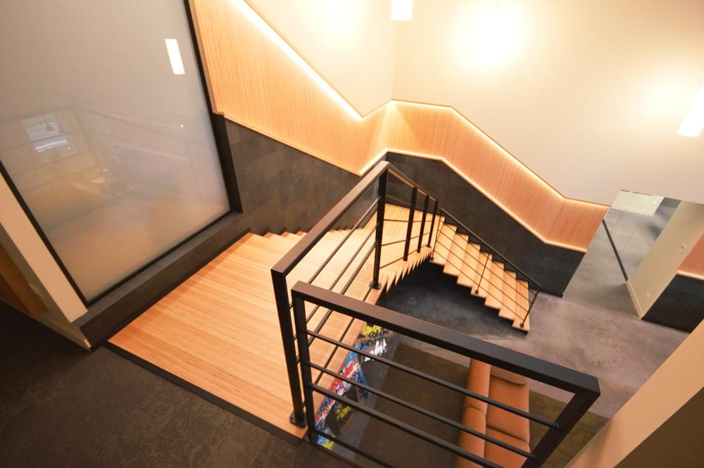 Escalier en bois et métal, vue d'en haut