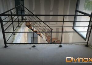 Escalier avec garde-corps sur témie