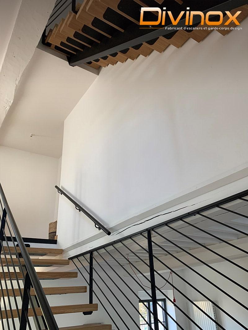 Escalier limon central et cloison barres